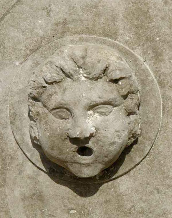 Hermes Fontana in pietra leccese anticata