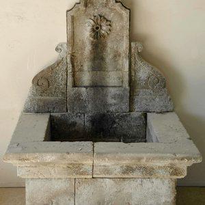 Alliste fontana a parete in pietra scolpita a mano