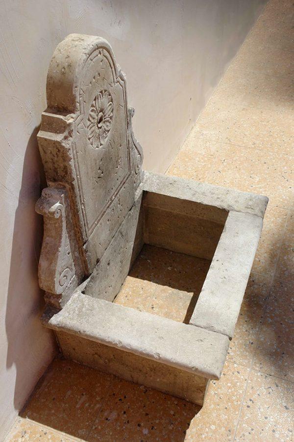Capilungo fontana a parete in pietra scolpita a mano