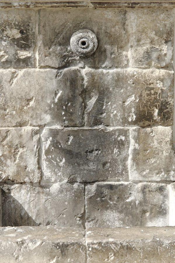 Fraula fontana a parete scolpita a mano in pietra leccese