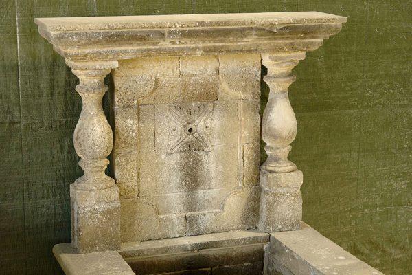 Lesina Fontana in pietra leccese scolpita a mano