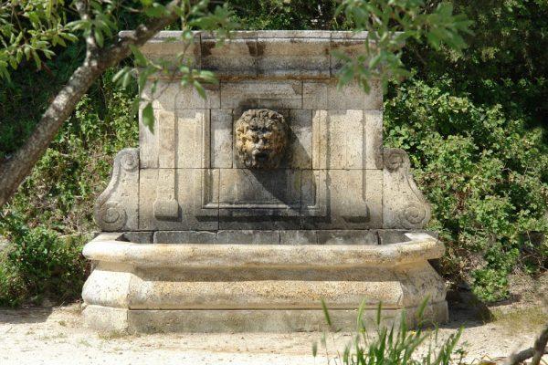 Nociglia fontana scolpita a mano in pietra leccese