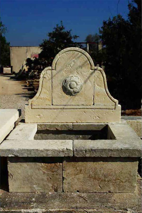Zollino fontana a parete in pietra leccese scolpita a mano